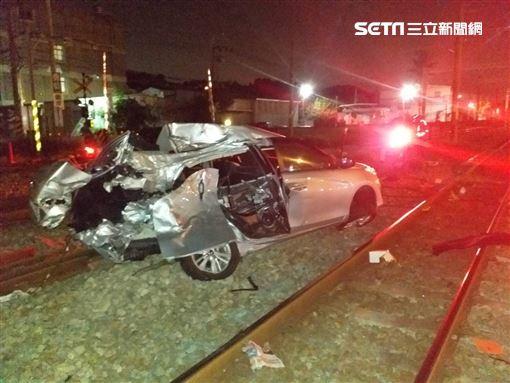 台鐵新烏日事故!自強號撞上小客車