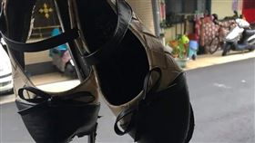 原PO貼出女兒穿壞的娃娃鞋。(圖/翻攝自爆怨公社FB)