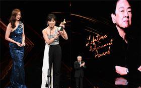 第56屆金馬獎典禮,大導演李安上台頒發終生成就獎給一代武俠巨星王羽。金馬執委會提供