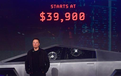 特斯拉21日發表新款電動皮卡車Cybertruck,車窗防撞玻璃卻2度在試砸時嚴重裂開,讓執行長馬斯克(圖)慌亂度過發表會。(法新社提供)