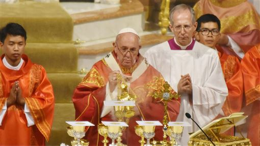 教宗方濟各主持彌撒教宗方濟各22日下午在曼谷聖母升天主教座堂(Assumption Cathedral)主持彌撒,和上百名年輕的天主教徒見面。中央社記者呂欣憓曼谷攝 108年11月22日