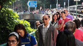 香港區議會選舉投票人潮(1)香港近日抗爭情勢逐漸趨緩,24日區議會選舉如期舉行,上午各個投票站湧入大量人潮。中央社記者吳家昇攝  108年11月24日