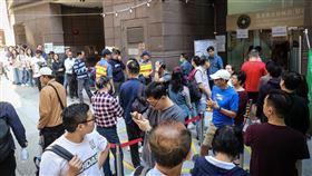 香港區議會選舉投票人潮(2)香港近日抗爭情勢逐漸趨緩,24日區議會選舉如期舉行,上午各個投票點湧入大量人潮,民眾排隊等待投票。中央社記者吳家昇攝  108年11月24日
