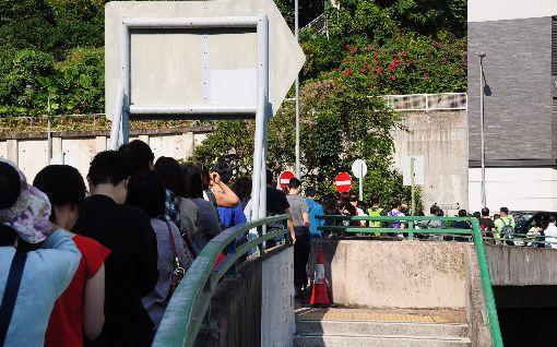 港人冀以選票表民意  但對政府回應感悲觀(2)香港24日舉行第6屆區議會選舉。上午8時許,港島高主教書院票站前,排隊投票的民眾已綿延超過100公尺。中央社記者沈朋達香港攝  108年11月24日
