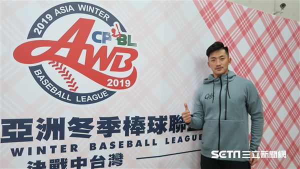 吳昇峰為冬季聯盟開球。(圖/記者王怡翔攝影)