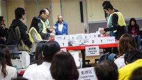 區議會選舉點票作業 民眾聚焦香港近日抗爭情勢逐漸趨緩,24日區議會選舉如期舉行,晚間10時30分結束投票後進行點票作業,25日凌晨灣仔一家投票站聚集大批民眾觀看作業情形。中央社記者吳家昇攝 108年11月25日