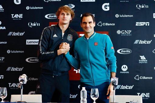 德國網球好手茲韋列夫(左)23日在墨西哥首都墨西哥市對決瑞士名將費德瑞(右)的表演賽,現場觀眾超過4萬2000人。(圖取自twitter.com/AlexZverev)