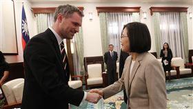 蔡總統接見布拉格市長總統蔡英文(右)30日上午在總統府接見捷克布拉格市長賀瑞普(Zdenek Hrib)(左),感謝他對台灣的支持。中央社記者張新偉攝 108年3月30日