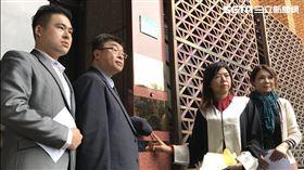 名列新黨不分區立委推薦名單第一名的邱毅,與第二名的律師陳麗玲、第四名的王炳忠等人,赴台北地檢署對柯文哲提告誹謗及違反選罷法。(圖/記者楊佩琪攝)