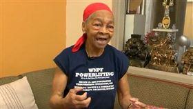 美國超強82歲阿嬤,力退闖空門歹徒。(圖/翻攝自YouTube)