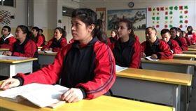 英國廣播公司「廣角鏡」節目取得內部文件,揭露新疆再教育營監獄式管理,顯示再教育營內的人如何遭到監禁、進行思想灌輸並遭受處罰。(檔案照片/路透社提供)