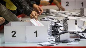 區議會選舉點票作業(3)香港近日抗爭情勢逐漸趨緩,24日區議會選舉如期舉行,晚間10時30分結束投票後進行點票作業,灣仔一家投票站工作人員將選票清點後依選舉號次分類。中央社記者吳家昇攝 108年11月25日