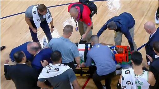 Kemba Walker遭擔架抬出。(圖/翻攝自YouTube)