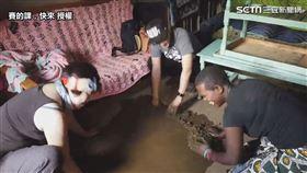 ▲非洲媽媽每兩週必須使用牛糞修補地板。(圖/賽的課,快來 授權)