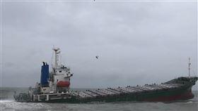 錦華輪擱淺 12名印尼船員全數吊掛上岸獅子山共和國籍貨輪錦華輪日前擱淺高雄岸際,28日因風浪過大請求協助救援,船上12名印尼籍船員已由直升機吊掛上岸,由船務代理公司進行安置。(海巡署南部分署提供)中央社記者楊思瑞台南傳真 107年8月28日