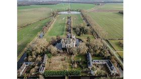法國鄉鎮許多古蹟城堡修繕費高昂,且地處偏遠,導致城堡遭棄置。圖為位於法國西部的莫特香德涅城堡進行修復前樣貌。(圖取自facebook.com/CMChandeniers)