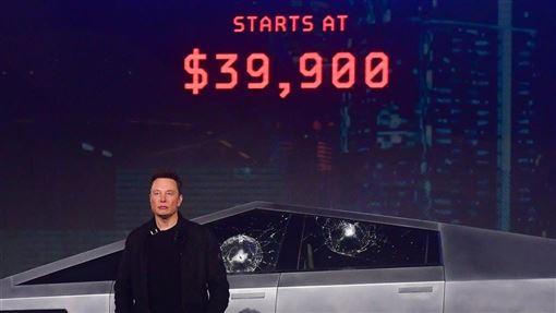 特斯拉21日發表新款電動皮卡車,兩片車窗防撞玻璃卻在試砸時裂開,執行長馬斯克(圖)24日推文提出解釋。(圖/法新社提供)