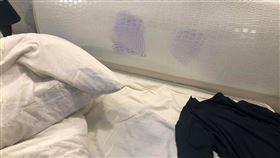 發熱衣沒洗就穿!台男夜宿旅館 頭櫃留「納美人印記」慘了(圖/翻攝自爆廢公社臉書)