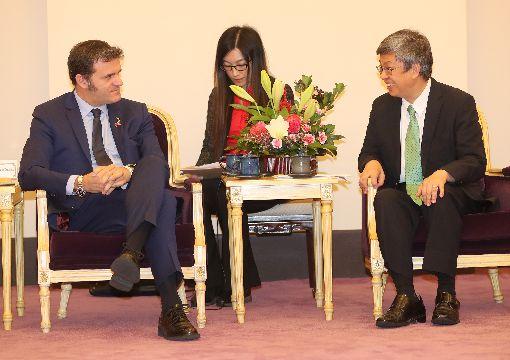 副總統接見義大利國會議員訪問團副總統陳建仁(右)26日在總統府接見「義大利國會議員訪問團」,歡迎參議員錢益友(Gian Marco Centinaio)(左)一行人訪台,陳副總統致詞時表示,期盼訪賓們共同關切並敦促中國改善境內人權,並妥善處理香港的民主運動,以維持區域的和平與穩定。中央社記者張皓安攝  108年11月26日