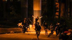 香港理大示威者夜衝防線 警追捕(2)香港警方自18日起包圍香港理工大學校園,與反送中示威者對峙,更在周邊設立防線;19日晚間有部分示威者意圖闖越封鎖線,警方發現後隨即展開追捕。中央社記者吳家昇攝 108年11月19日