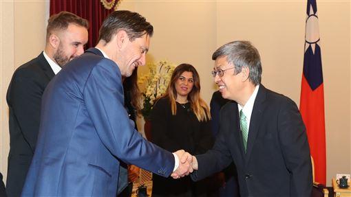 陳副總統接見義大利國會議員訪問團副總統陳建仁(右)26日在總統府接見「義大利國會議員訪問團」,一一握手致意,歡迎他們來訪台灣。中央社記者張皓安攝  108年11月26日