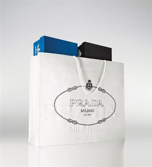 Prada官方IG更新了一張自家紙袋裝著Adidas、adidas originals的鞋盒,貼文一出就讓眾多粉絲們興奮不已;而韓團BIGBANG隊長權志龍G-DRAGON才剛退伍,立刻與NIKE聯名打造全新Air Force 1(翻攝IG)