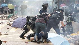 反送中警民衝突 聚集理工大學(7)香港理工大學18日成為反送中主戰場,警方封鎖周圍500公尺,漆咸道和金馬倫道周圍爆發衝突。外圍有示威者想進入理大支援,防暴警察多次放催淚彈阻止。中央社記者張謙香港攝 108年11月18日
