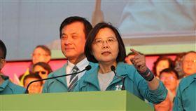 蔡總統:中國企圖影響台灣選舉的力道只會更大總統蔡英文(前)24日出席台中競選總部成立大會致詞表示,明年總統大選,中國企圖影響台灣選舉的力道只會更大不會更小,會使出所有手段,拉下他們最不喜歡的總統候選人;她希望大家與她一起抵抗中國勢力的介入,2020年再挺她一次。中央社記者蘇木春攝 108年11月24日
