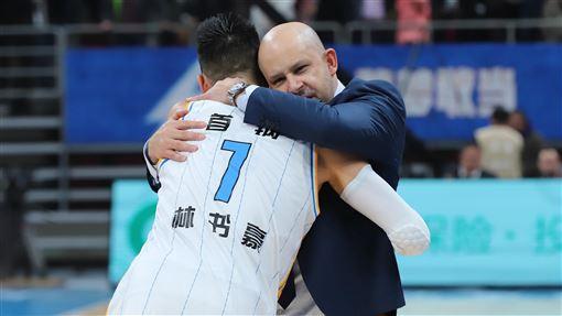首鋼總教練雅尼斯與林書豪。(圖/翻攝自北京首鋼微博)