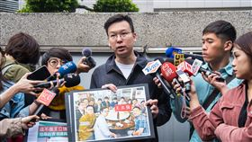 林飛帆至刑事警察局怒告造謠者。(圖/民進黨提供)