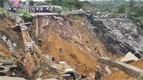 剛果民主共和國高階地方官員26日表示,首都金夏沙遭暴雨和土石流侵襲,至今已釀41人身亡。(法新社提供)
