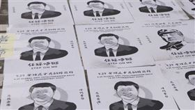 連日來自稱中國間諜叛逃後洲自白、新疆再教育營新文件揭露真相,香港親北京建制派又在區議會選舉慘敗。外媒形容,中國國家主席習近平現在被逼得四處滅火。圖為反送中示威者在特區政府總部外街道張貼習近平及毛澤東圖像。