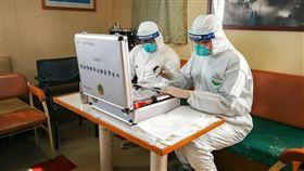 中國北部傳出爆發鼠疫後,內蒙中部烏蘭察布市上週展開執行「滅絕老鼠與跳蚤任務」。圖為2017年中國山東檢疫人員進行鼠疫防範演練。(中新社提供)