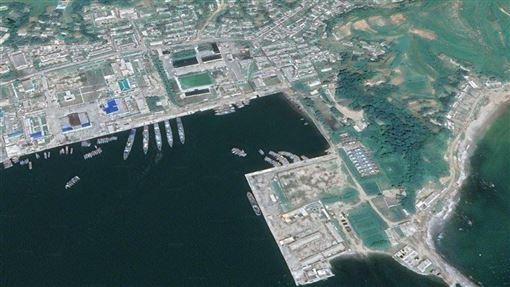 南韓「中央日報」27日報導指出,北韓將位於江原道、原為南韓觀光客輪停靠的長箭港,回復為軍港。衛星照可看出已有軍艦停靠,南韓前將領認為北韓已將長箭港當作最前線海軍基地。
