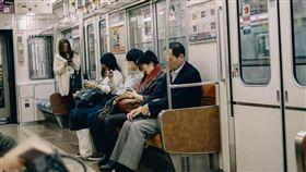 地鐵,火車,捷運,車廂,列車,通勤。(示意圖/翻攝自Pixabay)