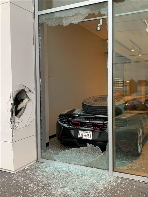 Trevor Bauer跑車遭砸。(圖/翻攝自Trevor Bauer推特)