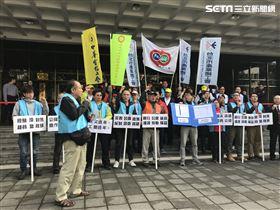 華視工會與勞團、工會成員、被資遣基層員工,赴台北地方法院對華視提起恢復雇傭關係告訴。(圖/記者楊佩琪攝)