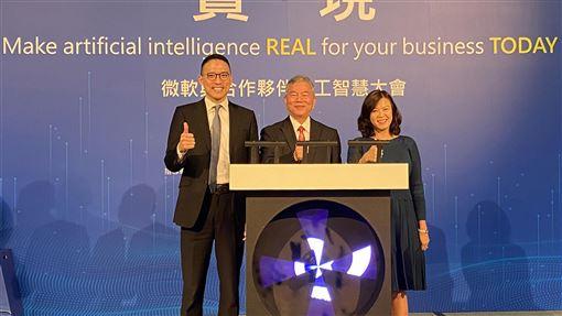 微軟AI創新計畫升級微軟與合作夥伴人工智慧(AI)大會29日登場,並宣布在台灣推動的AI 100創新計畫升級為AI Infinity,左起為台灣微軟總經理孫基康、經濟部長沈榮津、台灣微軟首席營運長何虹。中央社記者吳家豪攝 108年11月29日