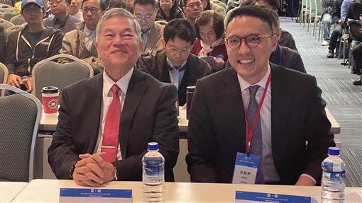 經濟部長出席微軟AI大會經濟部長沈榮津(左)29日出席微軟與合作夥伴人工智慧(AI)大會,與台灣微軟總經理孫基康(右)交流心得。中央社記者吳家豪攝 108年11月29日