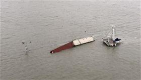 台灣籍貨船「萇薪輪」20日晚間在閩江口水域發生碰撞事故後沉沒,許多消費者從淘寶購入的商品一同沉入海中。淘寶29日表示,所有理賠將於7個工作天內完成。(中新社提供)