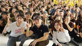 電影《我的靈魂是愛做的》導演陳敏郎、演員邱志宇29日重返拍攝地台中青年高中宣傳造勢。海鵬影業提供