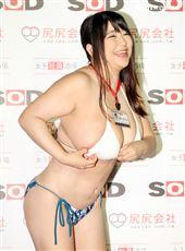 日本AV女優優月真理奈擁有K罩杯巨奶,比基尼快撐不住爆乳。(記者邱榮吉/攝影)