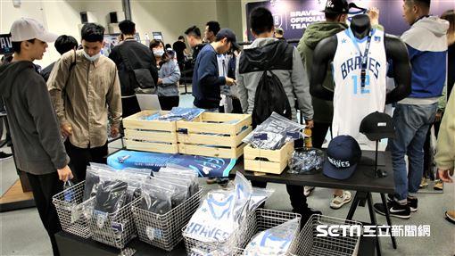 球迷賽前紛搶購富邦勇士週邊商品。(圖/記者劉家維攝影)