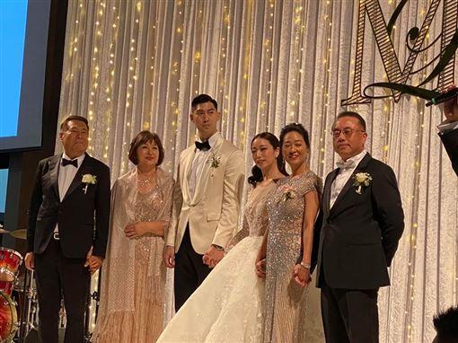 毛加恩婚禮還有他!任新娘羅雯證婚人 丁守中揭不解之緣 合成圖翻攝自丁守中臉書