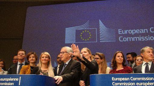 歐盟執委會主席榮科出席任內最後一次記者會歐盟執委會主席榮科(前中黑眼鏡者)即將卸任,11月29日出席任內最後一次記者會,率新聞團隊向媒體說再見。中央社記者唐佩君布魯塞爾攝 108年11月29日