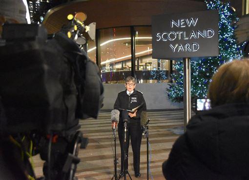 倫敦都會區警察局長狄克(中)表示,倫敦橋地區發生的恐攻事件,除嫌犯遭警方擊斃,2名受到攻擊的平民不幸傷重身亡。(圖取自twitter.com/metpoliceuk)