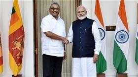 莫迪與來訪的斯里蘭卡總統握手印度總理莫迪(右)29日在新德里與來訪的斯里蘭卡總統戈塔巴耶‧拉賈帕克薩會談,兩人在會談前握手。(印度總理辦公室提供)中央社記者康世人新德里傳真  108年11月29日