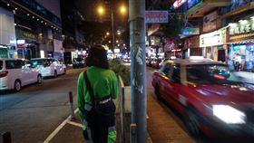 香港16歲女孩逛街誤闖理大圍城香港女孩Zoe因與朋友聊天閒逛,誤闖理工大學遭困36小時,親眼見證許多受困者只是普通民眾,卻遭警方包圍淪為「暴徒」。圖為幸運離開的Zoe於108年11月22日攝於香港街頭。中央社記者吳家昇攝 108年11月29日