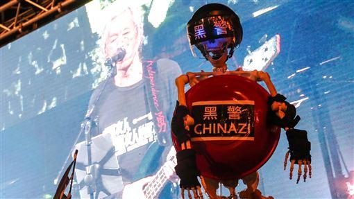 台灣民眾響應撐香港要自由(3)撐香港要自由演唱會17日晚間在台北自由廣場熱情開唱,有民眾打造裝置藝術品,控訴港警不當暴力,聲援香港反送中示威運動。中央社記者吳家昇攝 108年11月17日