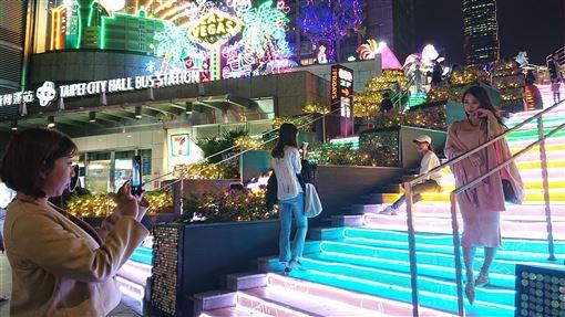 統一時代百貨點燈 打造賭城風情統一時代百貨台北店今年以美國Las Vegas為主題城市,營造不同風情的耶誕驚喜,路人經過都忍不住停留拍照。中央社記者潘姿羽攝 108年11月30日